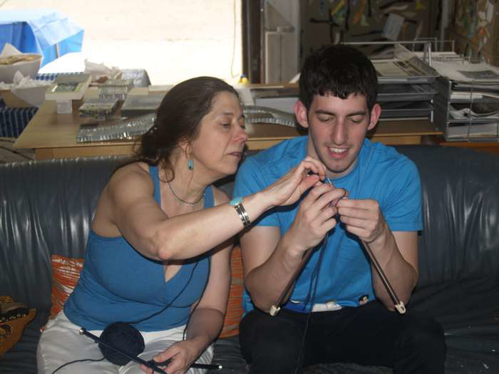 chris-teaching-the-art-of-knitting-2